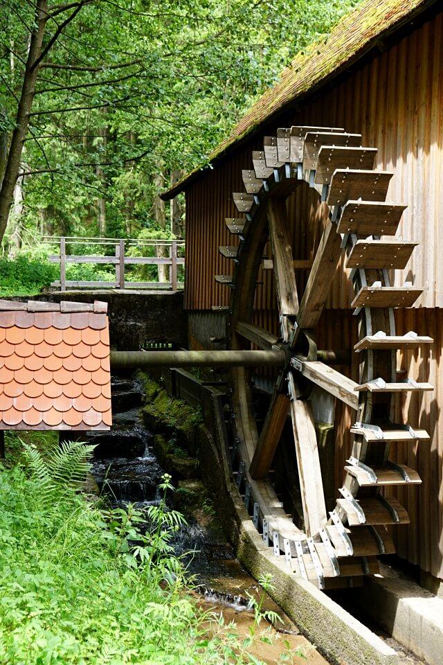 Das Muehlrad der Hummelgautsche im Schwaebischen Wald