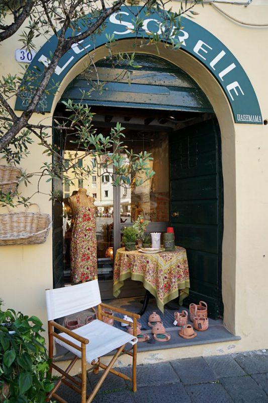Shopping auf der Piazza dell Anfiteatro in Lucca