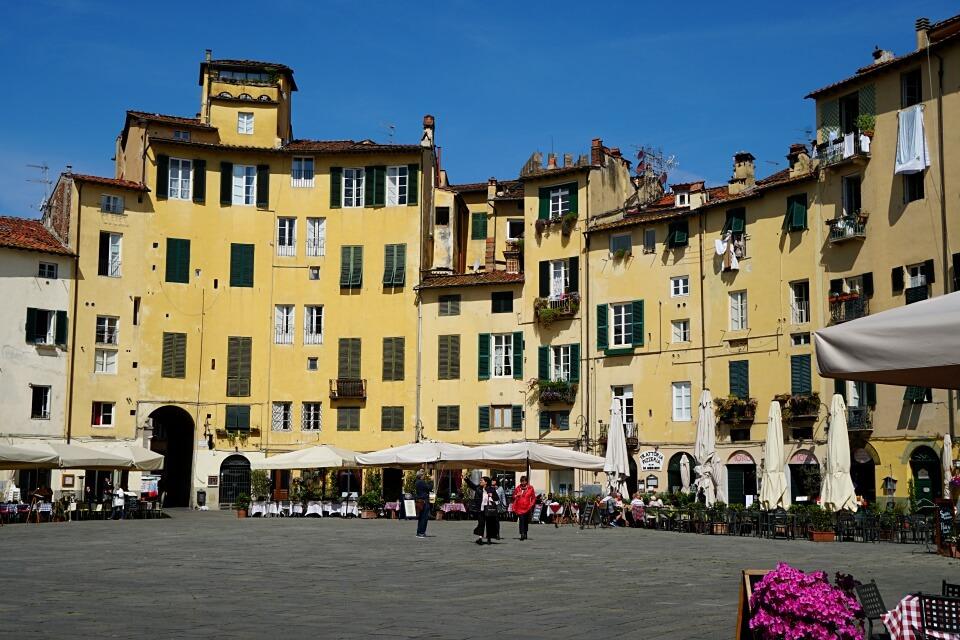 Piazza Anfiteatro in Lucca in der Toskana