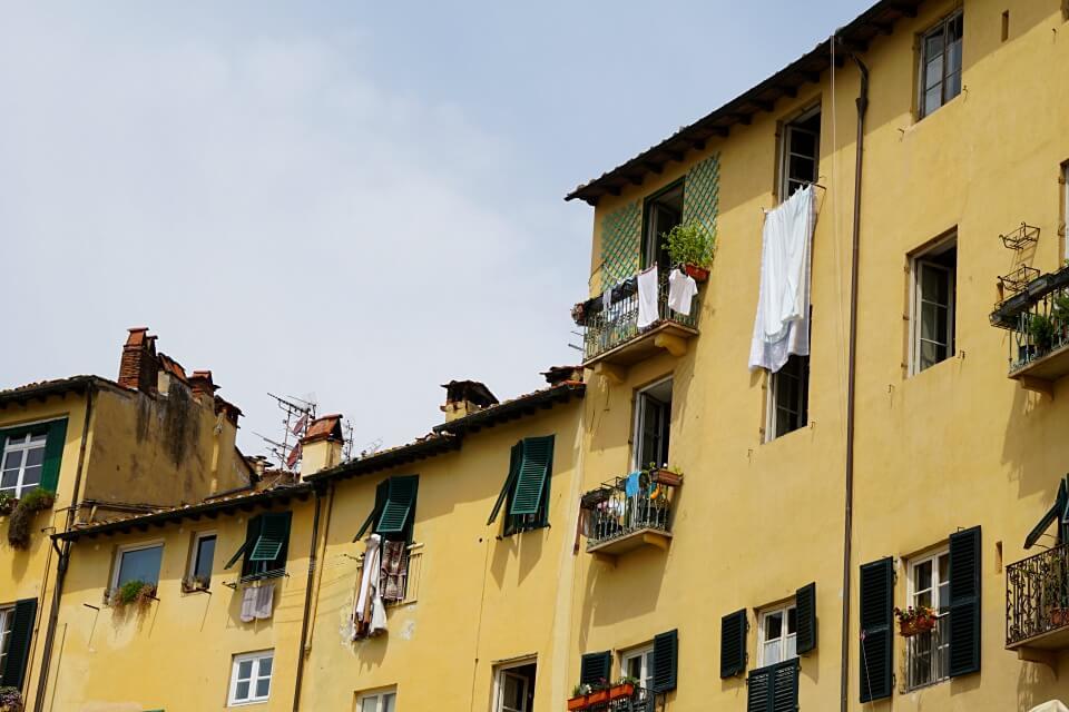 La Piazza dell Anfiteatro in Lucca in der Toskana