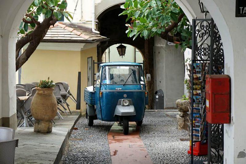 Ein Piaggio in den engen Gassen von Cervo in Ligurien