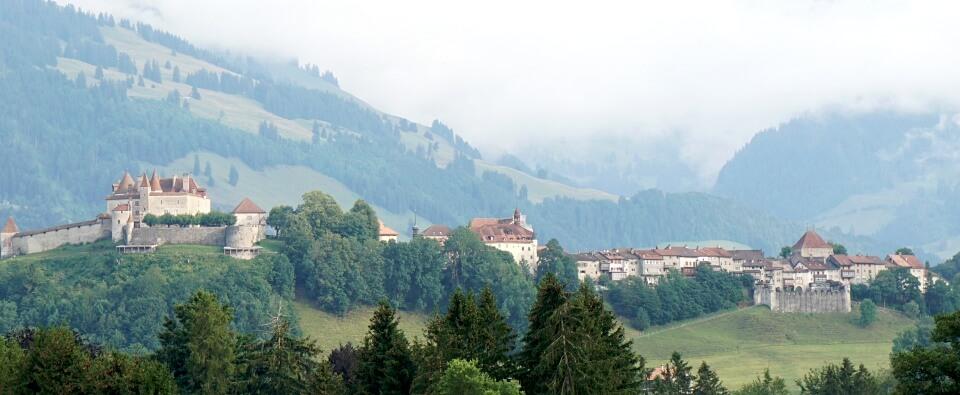 Blick auf Schloss Greyerz und die Altstadt Gruyeres