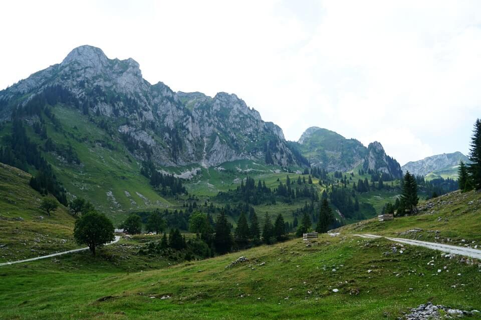 Wanderung durch die Urlandschaft Breccaschlund ueber dem Schwarzsee