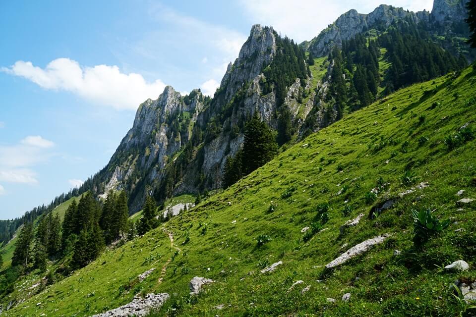 Vorbei an den markanten Bergzacken im Breccaschlund hoch ueber dem Schwarzsee