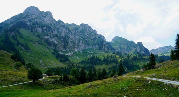 Wandern durch die Urlandschaft Breccaschlund hoch ueber dem Schwarzsee im Kanton Freiburg in der Schweiz