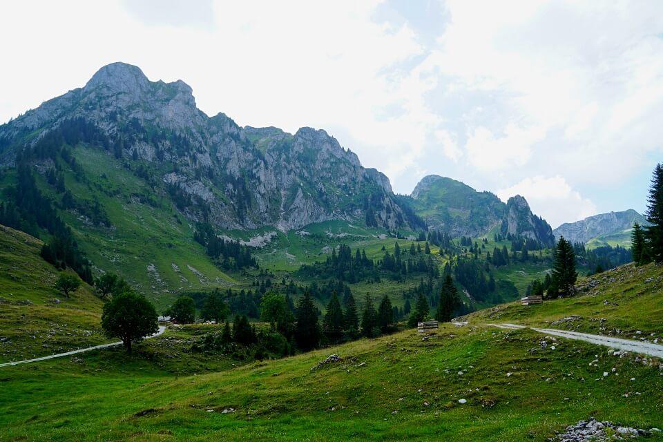Durch die Urlandschaft Breccaschlund: Wandern über dem Schwarzsee