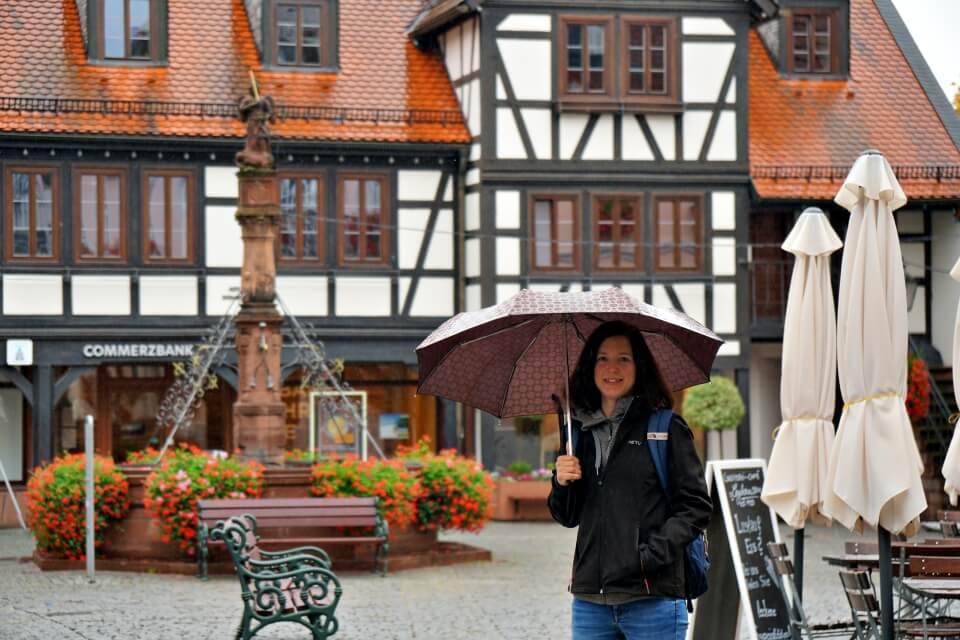 Lisa auf dem Marktplatz Michelstadt auf unserem Odenwald Roadtrip