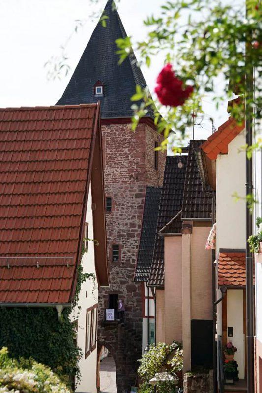Gasse in Hirschhorn mit Blick auf das Mitteltor
