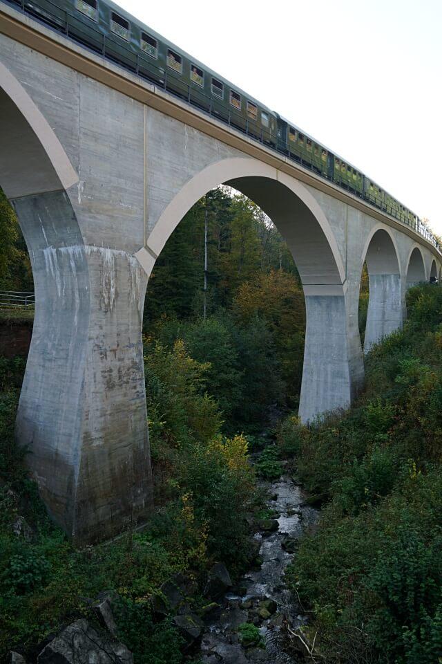 Die Schwaebische Waldbahn auf dem Laufenmuehlenviadukt
