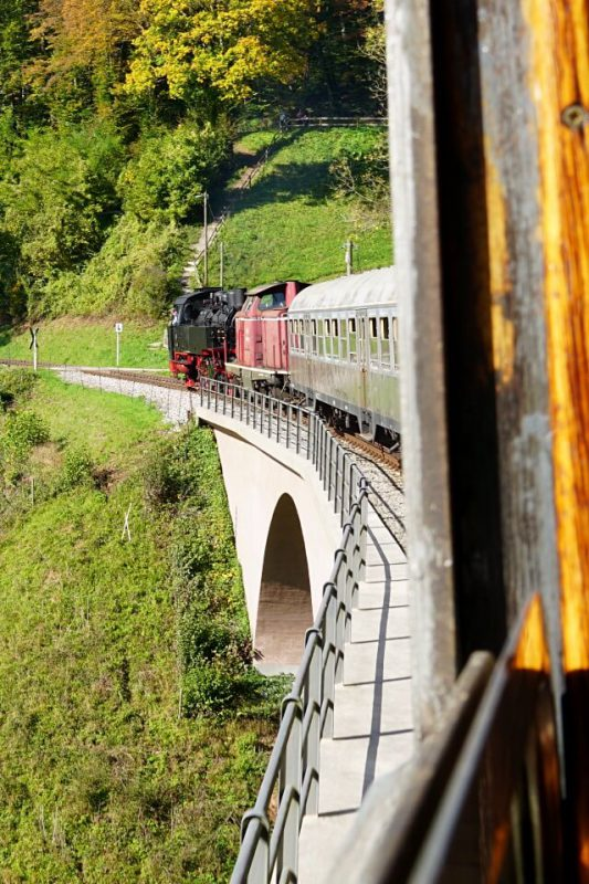 Fahrt ueber das Viadukt mit der Dampflok der Schwaebischen Waldbahn