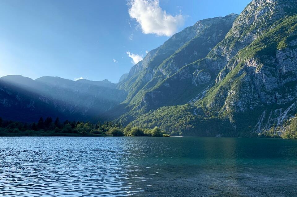 Der Bohinj See im Triglav Nationalpark auf unserem Slowenien Roadtrip