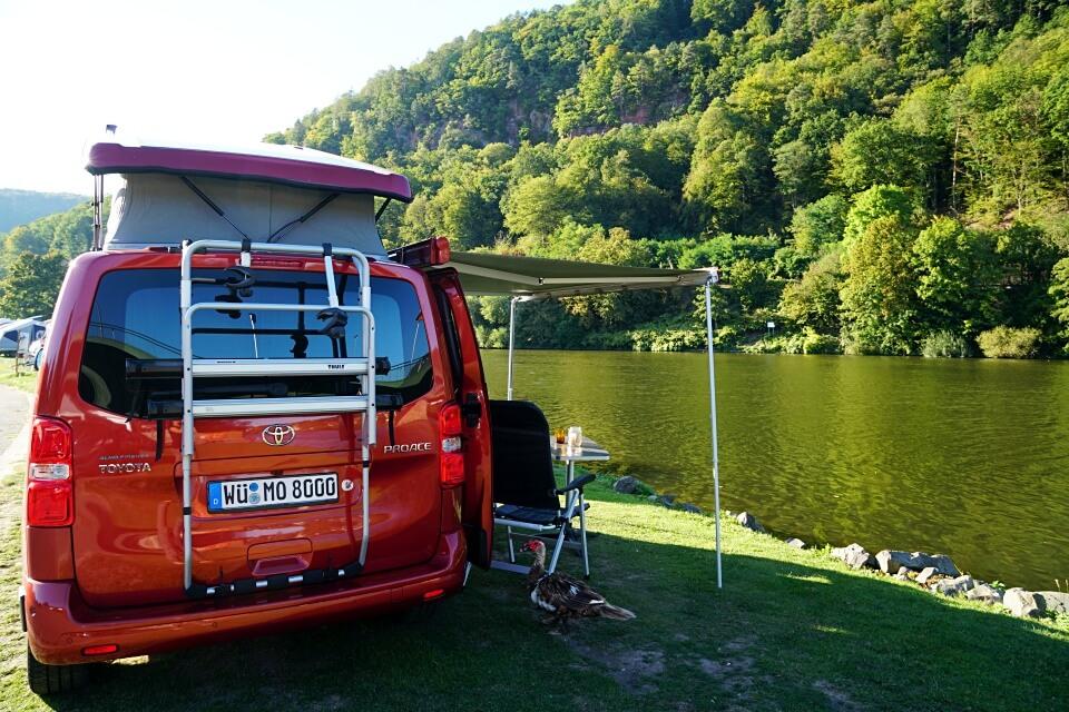 Mit dem Toyota Camper am Neckar im Odenwald