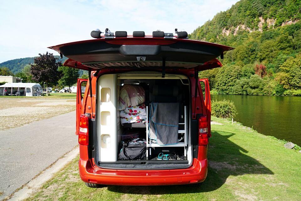 Stauraum im Kofferraum des Toyota Camper