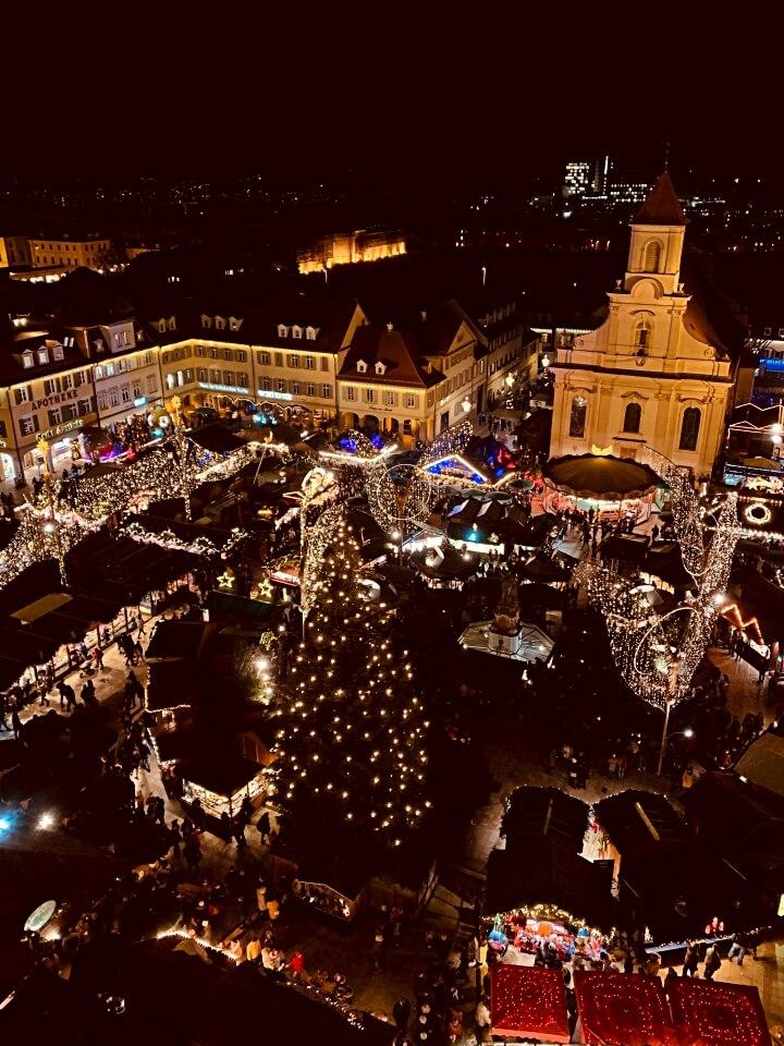 Wunderbarer Ausblick von der Evangelischen Stadtkirche auf den Weihnachtsmarkt Ludwigsburg