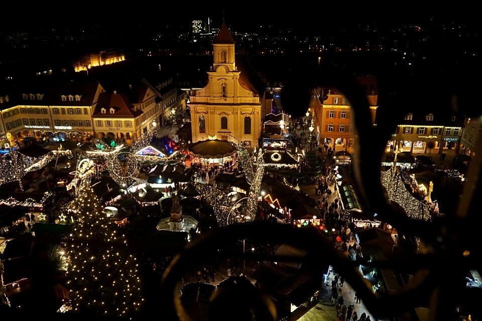 Blick auf den Weihnachtsmarkt Ludwigsburg von der Evangelischen Stadtkirche
