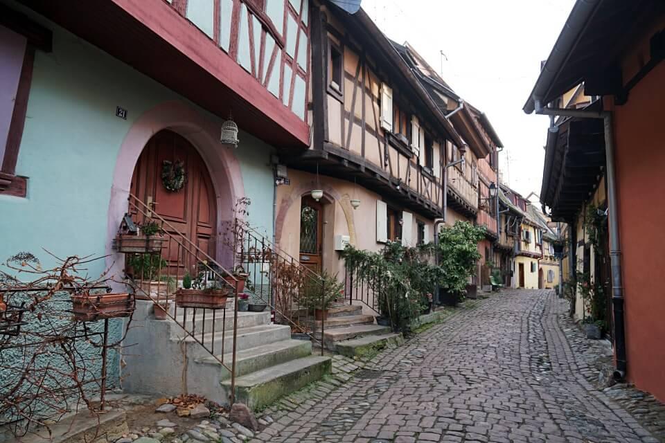 Fachwerkgasse in Eguisheim im Elsass im Winter
