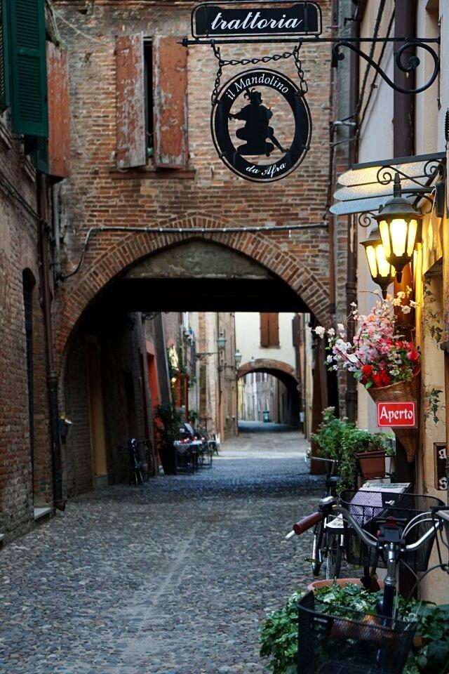 Die mittelalterliche Via delle Volte in Ferrara