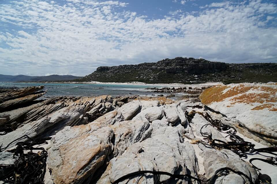 Felsiger Strand auf dem Thomas T Tucker Shipwreck Trail