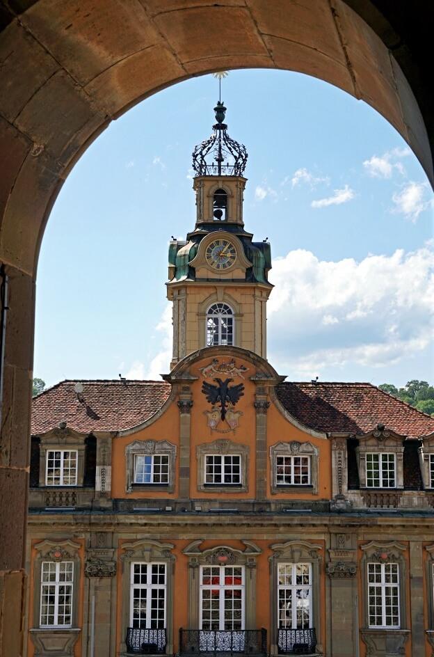 Blick von der St Michaelskirche auf das Rathaus am Marktplatz Schwaebisch Hall