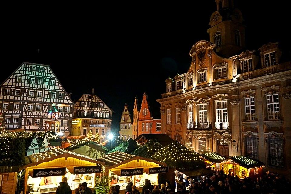 Weihnachtsmarkt auf dem Marktplatz in Schwaebisch Hall