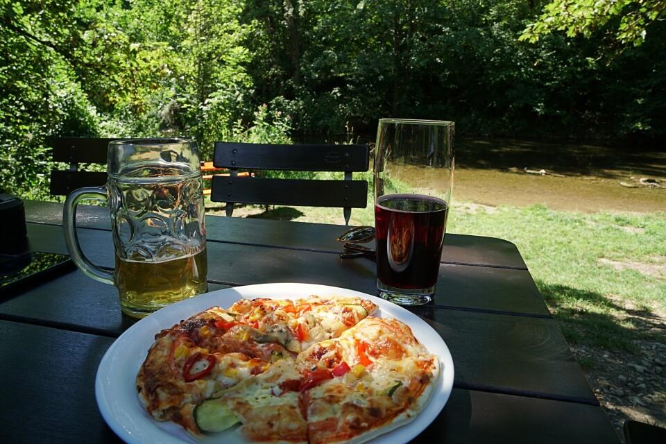 Leckere Pizza im Biergarten an der Tauber auf unserer Rothenburg Panorama Wanderung