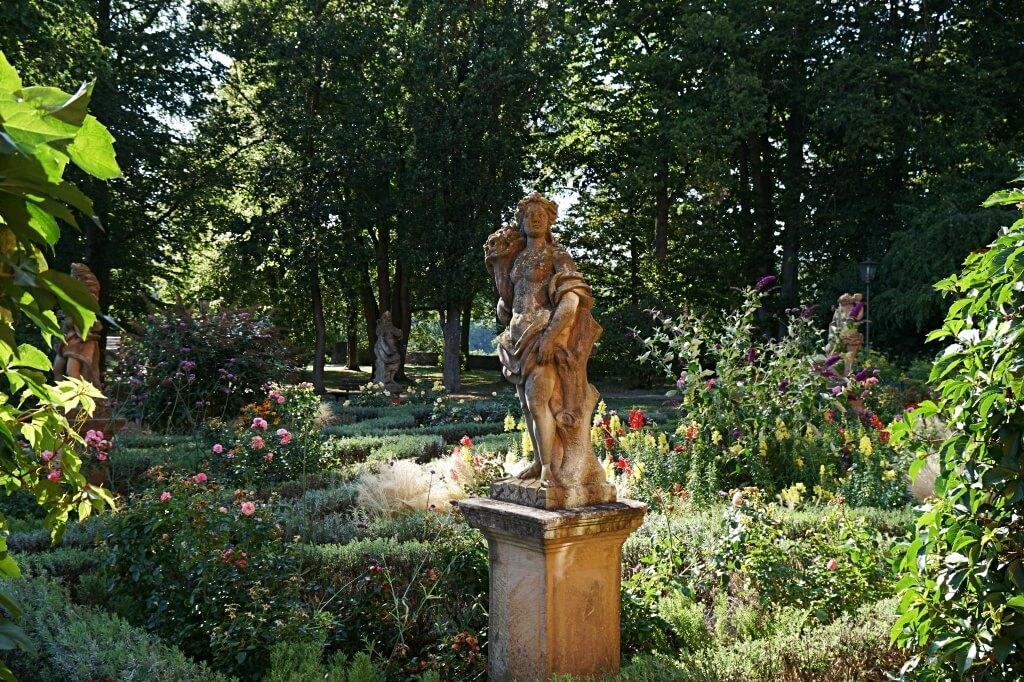 Beete und Figuren im Burggarten Rothenburg