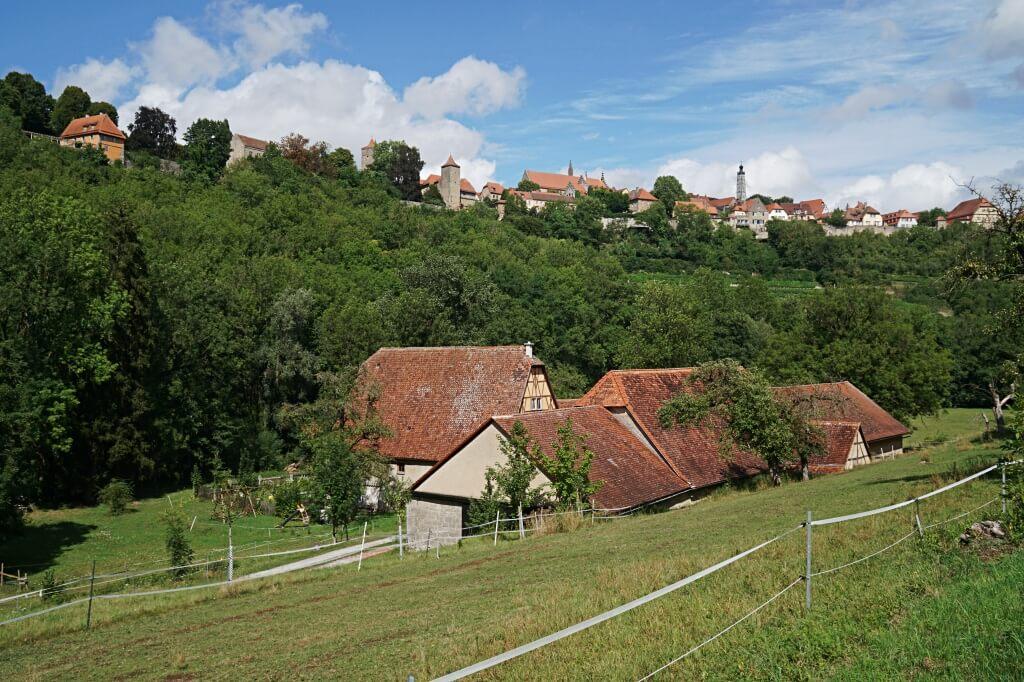Blick vom Taubertal auf Rothenburg beim Wandern