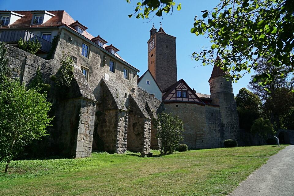 Wandern entlang der Stadtmauer von Rothenburg auf dem Panoramaweg
