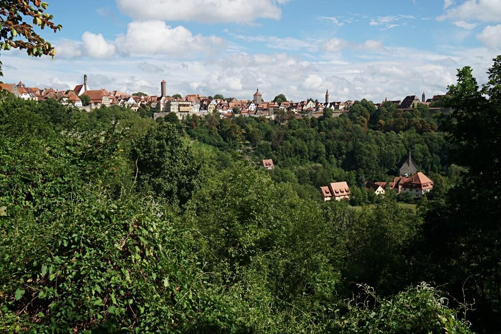 Ausblick von der Stadtmauer auf das Taubertal und Rothenburg