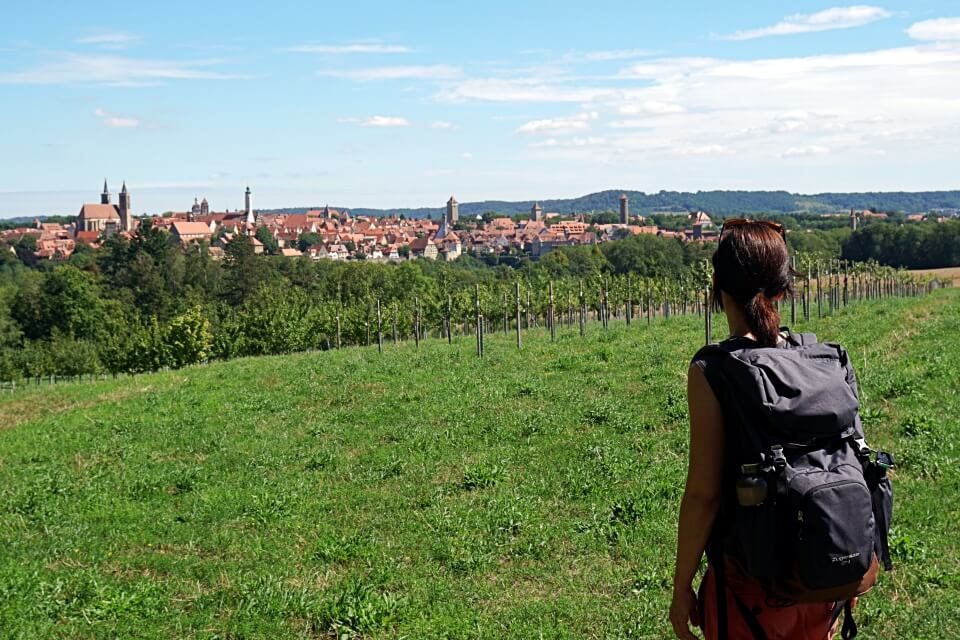 Ausblick auf Rothenburg beim Wandern auf dem Panoramaweg