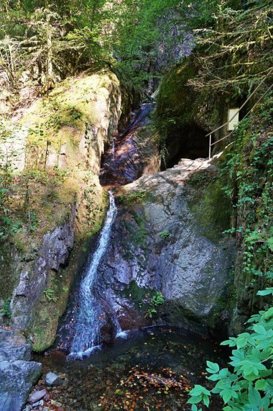 Das Edelfrauengrab mit seinem Wasserfall