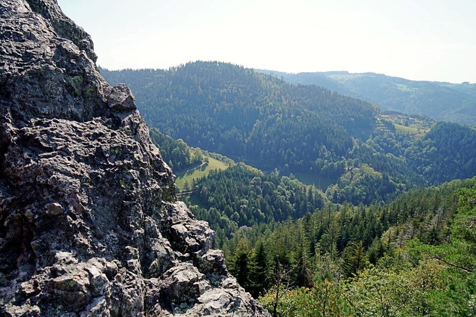 Klettern auf den Felsen des Karlsruher Grat im Schwarzwald