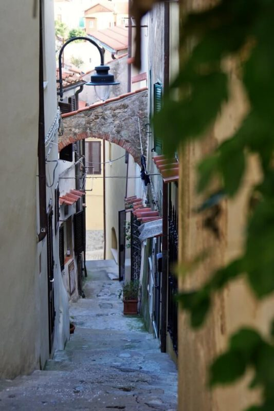 Typisch italienische Gassen im Bergdorf Capoliveri auf Elba