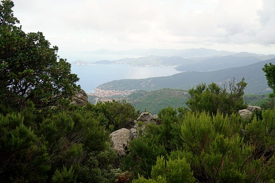Ausblick beim Wandern auf Elba von Marciana Alta nach Pomonte