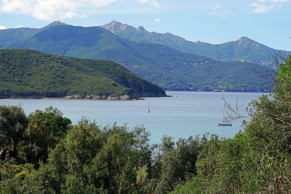 Wandern auf Elba von Viticcio nach Biodola mit Ausblick auf die Kueste