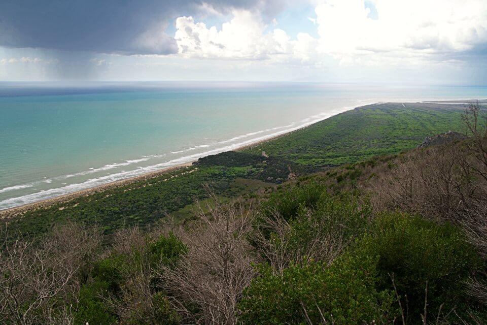 Aussicht auf die Kueste im Parco Regionale della Maremma in der Toskana