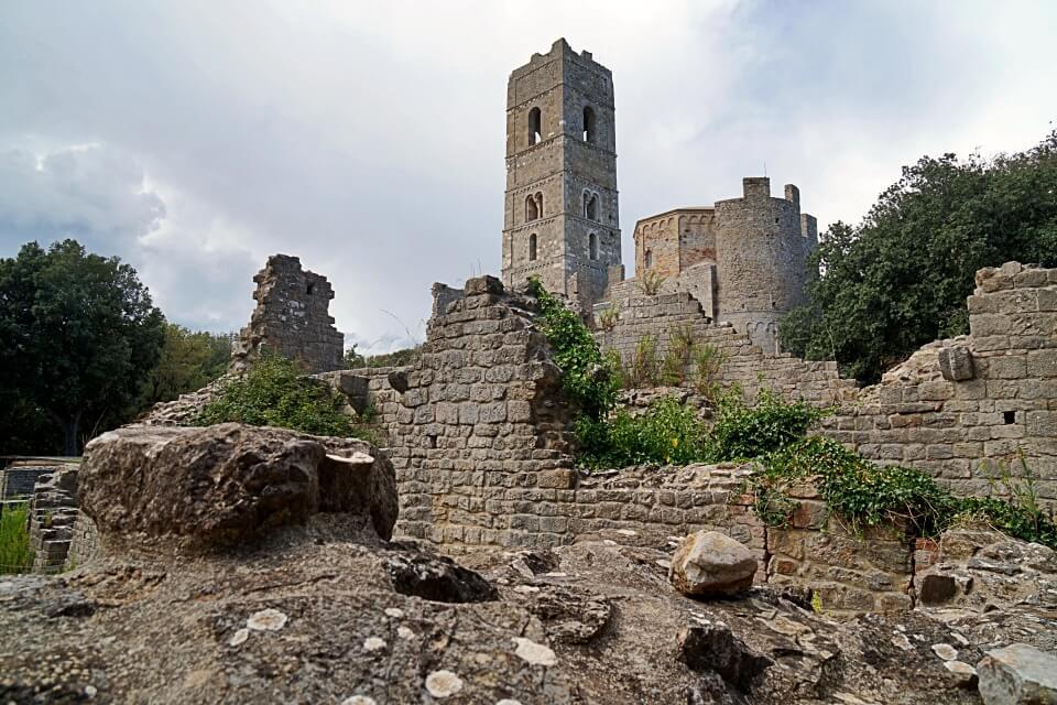 Die Klosterruine San Rabano im Naturpark Maremma