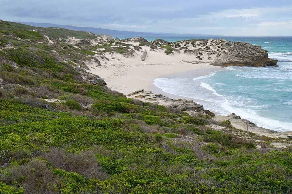 Raue Kueste mit Wanderweg im De Hoop Nature Reserve in Suedafrika