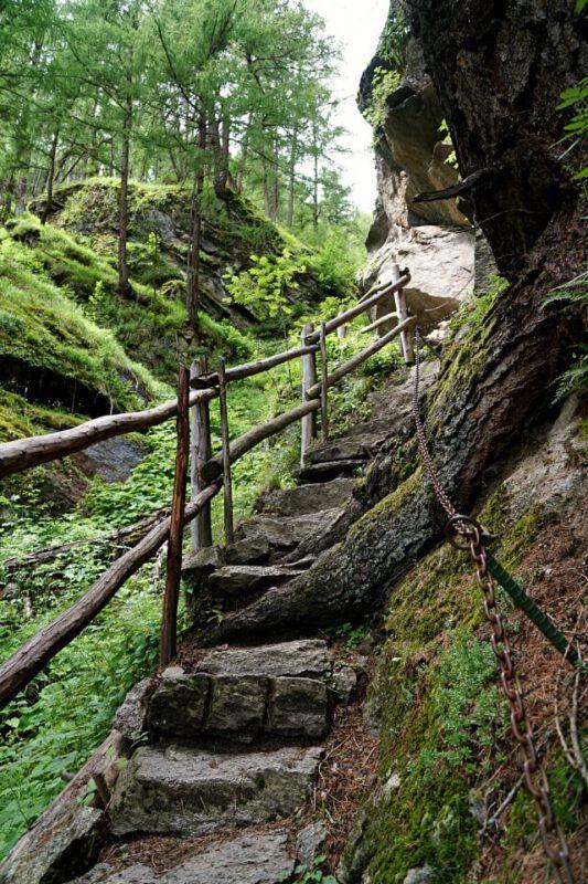Treppen auf der 1000 Stufen Schlucht Wanderung am Meraner Hoehenweg